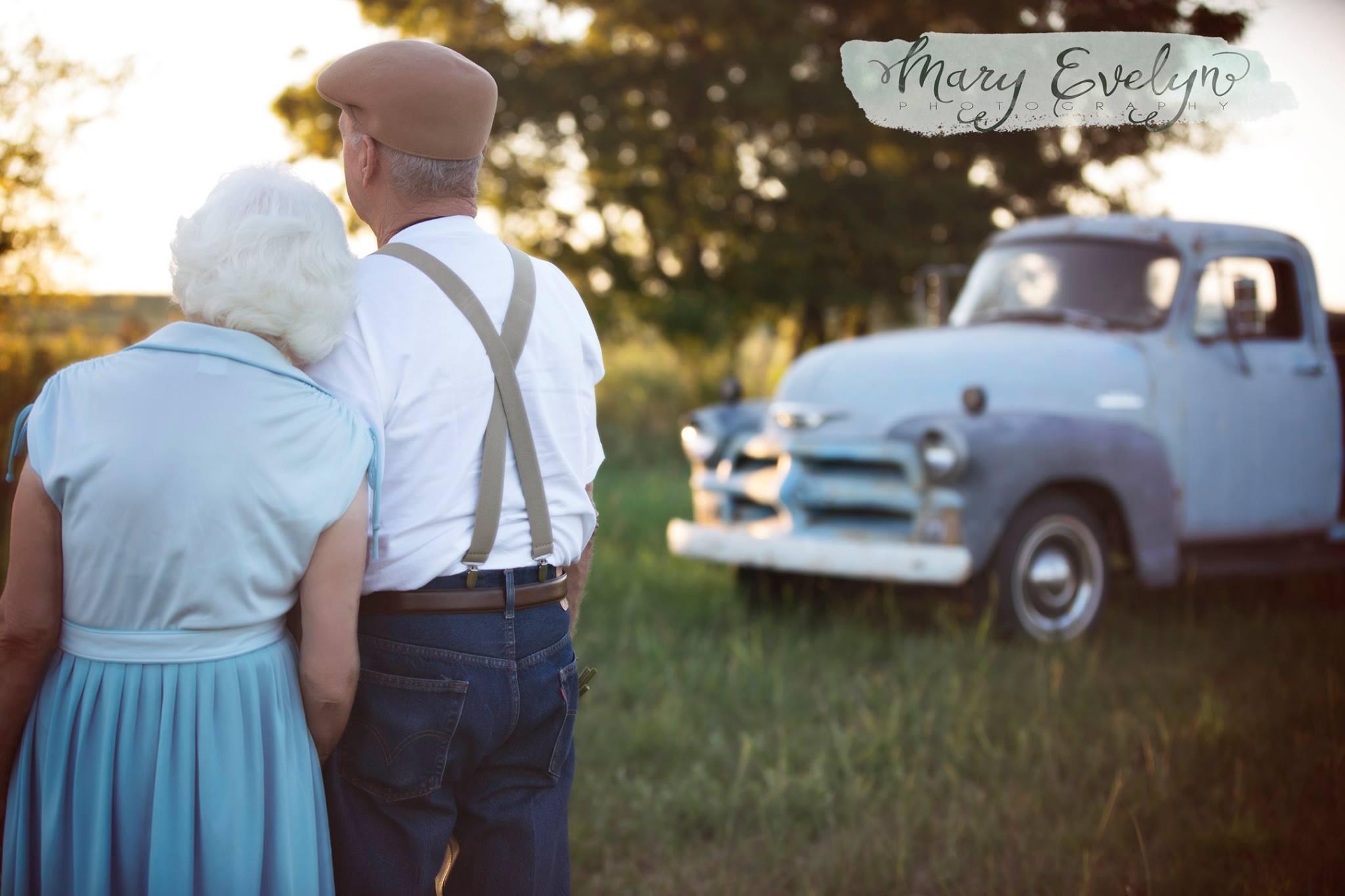 На Элморах настоящая одежда 1940-х годов, и они сняты на фоне ретроавтомобиля.