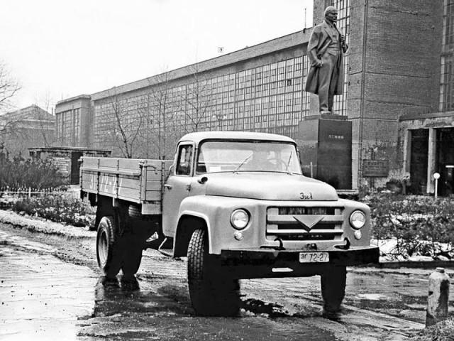Весьма смелым, даже по международным стандартам, был экстерьер грузовика. Внешний вид доверили молод