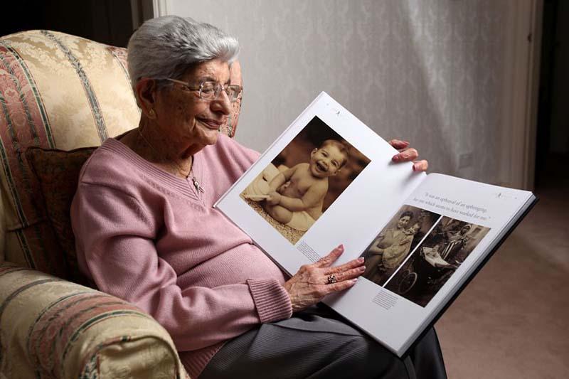 Мама Фредди Меркьюри с книгой, в которой были напечатаны все эти фотографии, включая те, что никогда