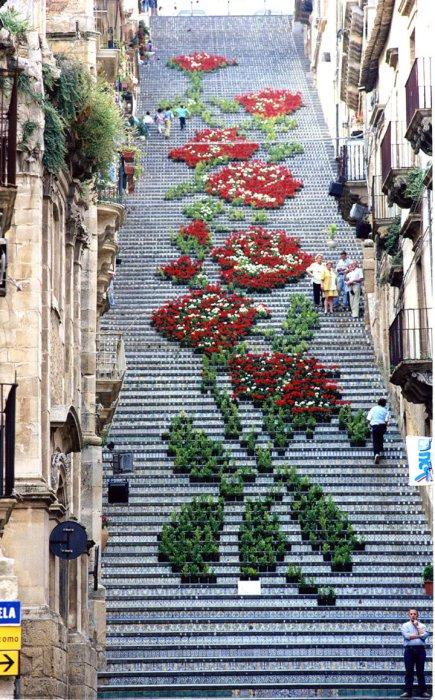 6. Огромные цветы на городских ступенях (Италия) Замечательный стрит-арт на Сицилии.