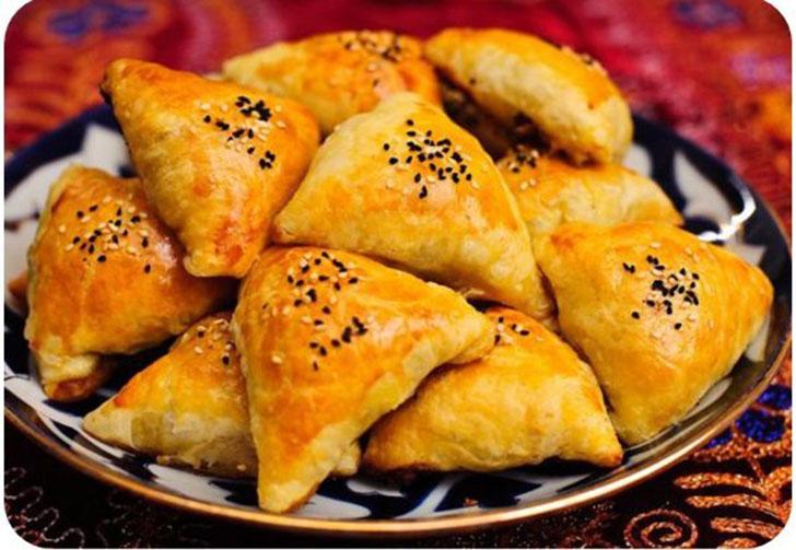 Самса — треугольные пирожки из домашнего слоеного теста с начинкой из мяса или тыквы, лука, бараньег
