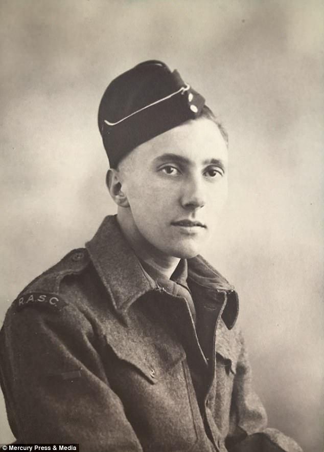 Питер Дэвис во Вторую мировую войну работал в Службе тылового обеспечения сухопутных войск Великобри