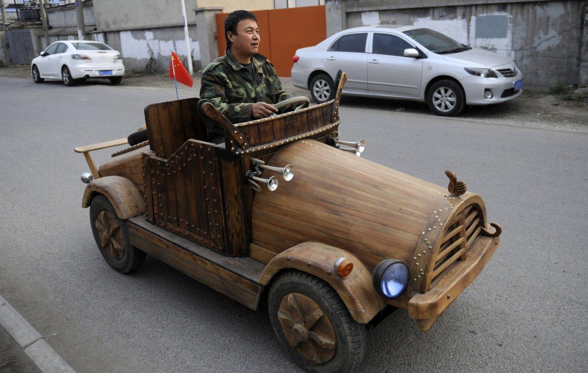 8. Лю Фулун самостоятельно построил деревянный электромобиль. Машина может разгоняться до 32 км/ч, а
