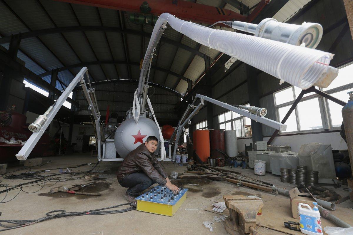 9. Чжан Уи со своим изобретением — новой подводной лодкой для отлова морских огурцов (голотурий).