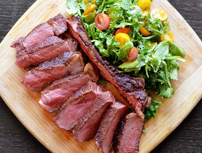 Идеальный стейк За 45 минут до приготовления возьмите стейк из холодильника и тщательно высушите его