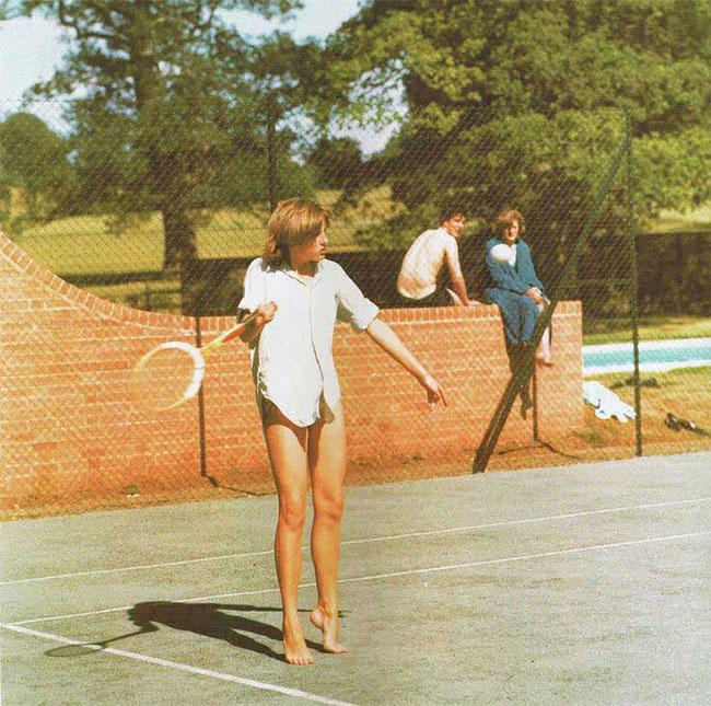 Принцесса Диана играет в теннис.