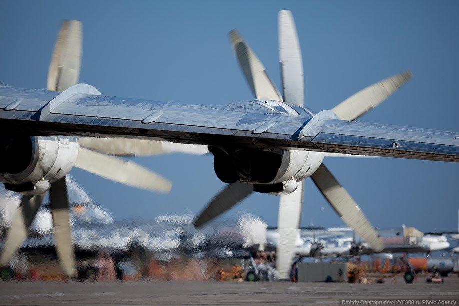 Ту-95мс готовятся к вылету. По взлетному полю растекается мощный гул турбовинтовых двигателей: