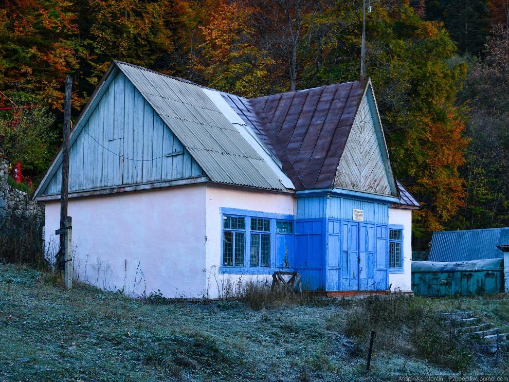4. Осень в горах необыкновенно красива: деревья горят яркими красками на фоне глубокого синего