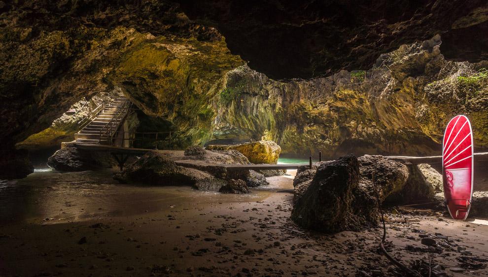 Вид на северное сияние из пещеры в Северной Норвегии. (Фото Stian Klo):