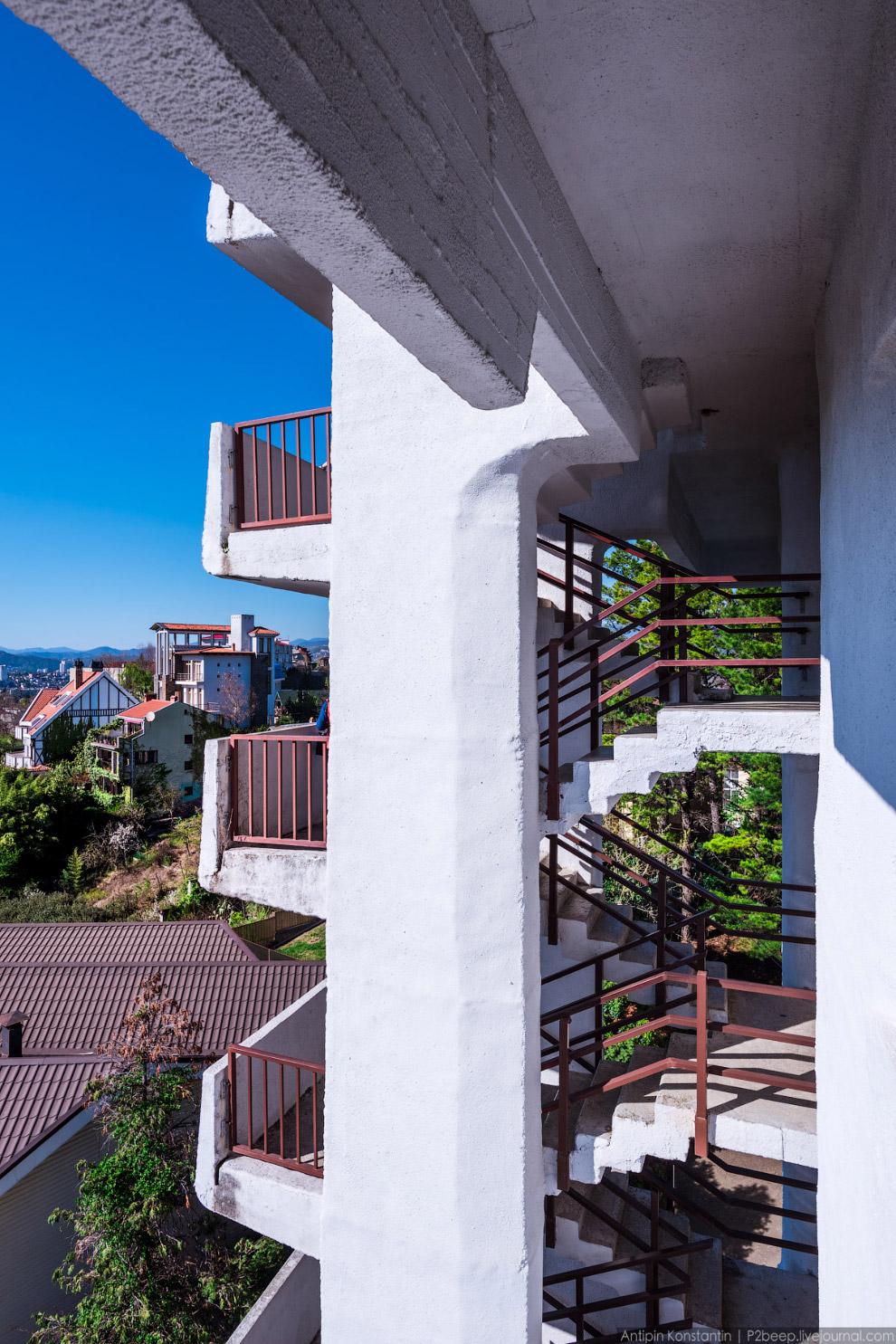 4. В башне есть две лестницы: узкая, но открытая — сбоку и широкая, имеющая меньший обзор — по