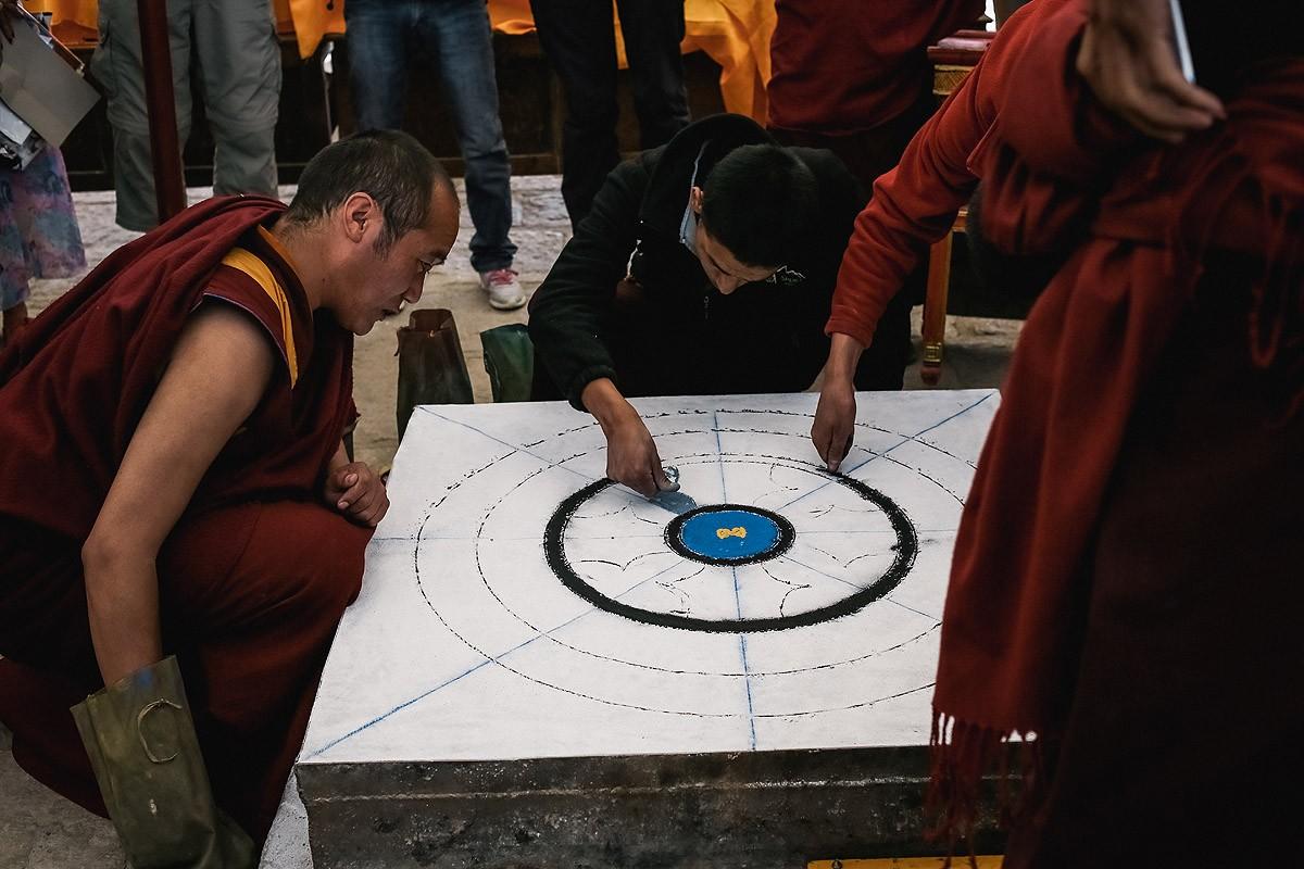 14. В этот день должны были состояться танцы лам и огненное подношение буддам. Монахи уже готовили д