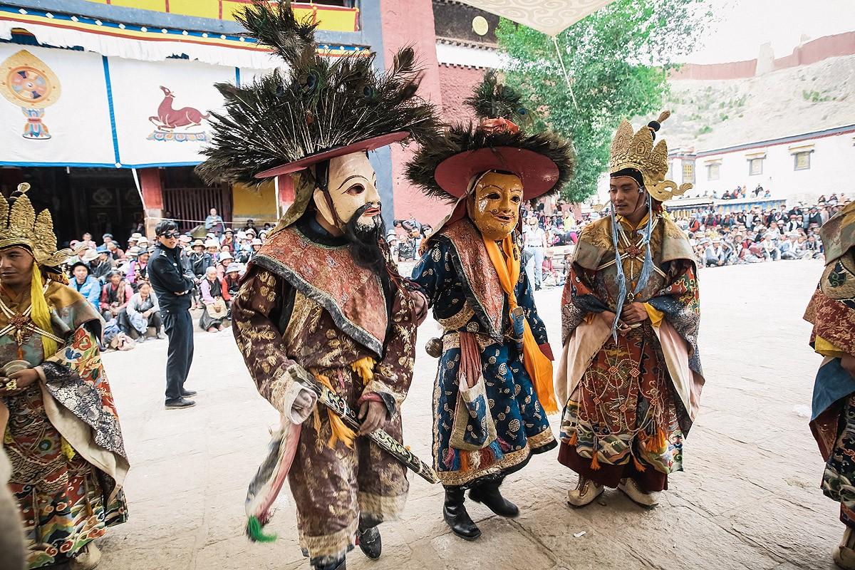 41. Когда костер догорел, монахи станцевали последний танец, окружили злых духов и увели их за собой