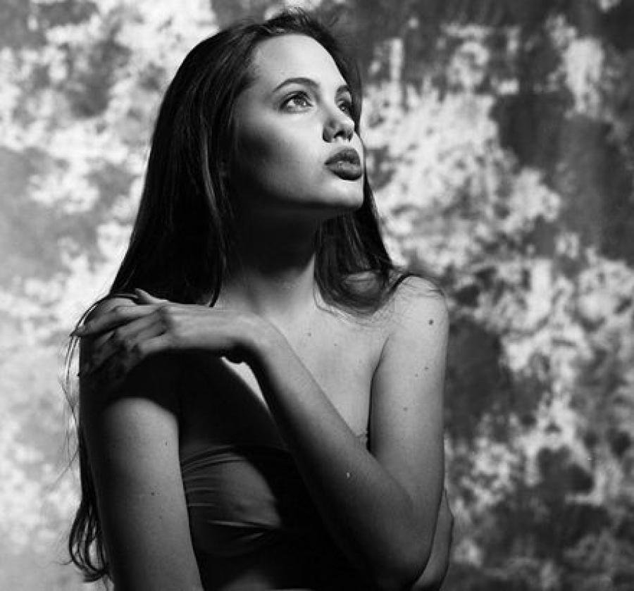 Анджелина Джоли Еще до того, как стать знаменитой актрисой, послом доброй воли ООН и матерью-героине