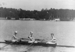 Члены кружка Фортуна в лодке на озере