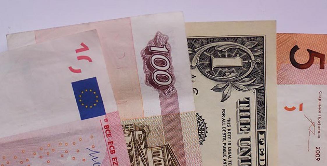 Доллар США продолжает дешеветь крублю