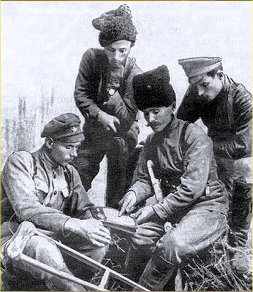 В. И. Чапаев, командир 2-го Николаевского советского полка И. Кутяков, командир батальона И.Бубенец и комиссар А. Семенников. 1918 г..jpg