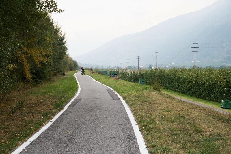 велодорожка среди яблочных плантаций в долине Адидже (Adige), Альпы, Италия