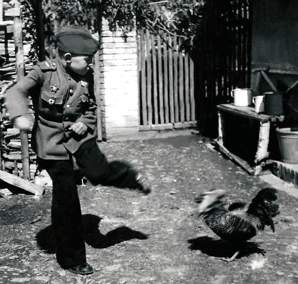 Воспитанник 63-й гвардейской Челябинской танковой бригады Толя Якишев в минуту отдыха