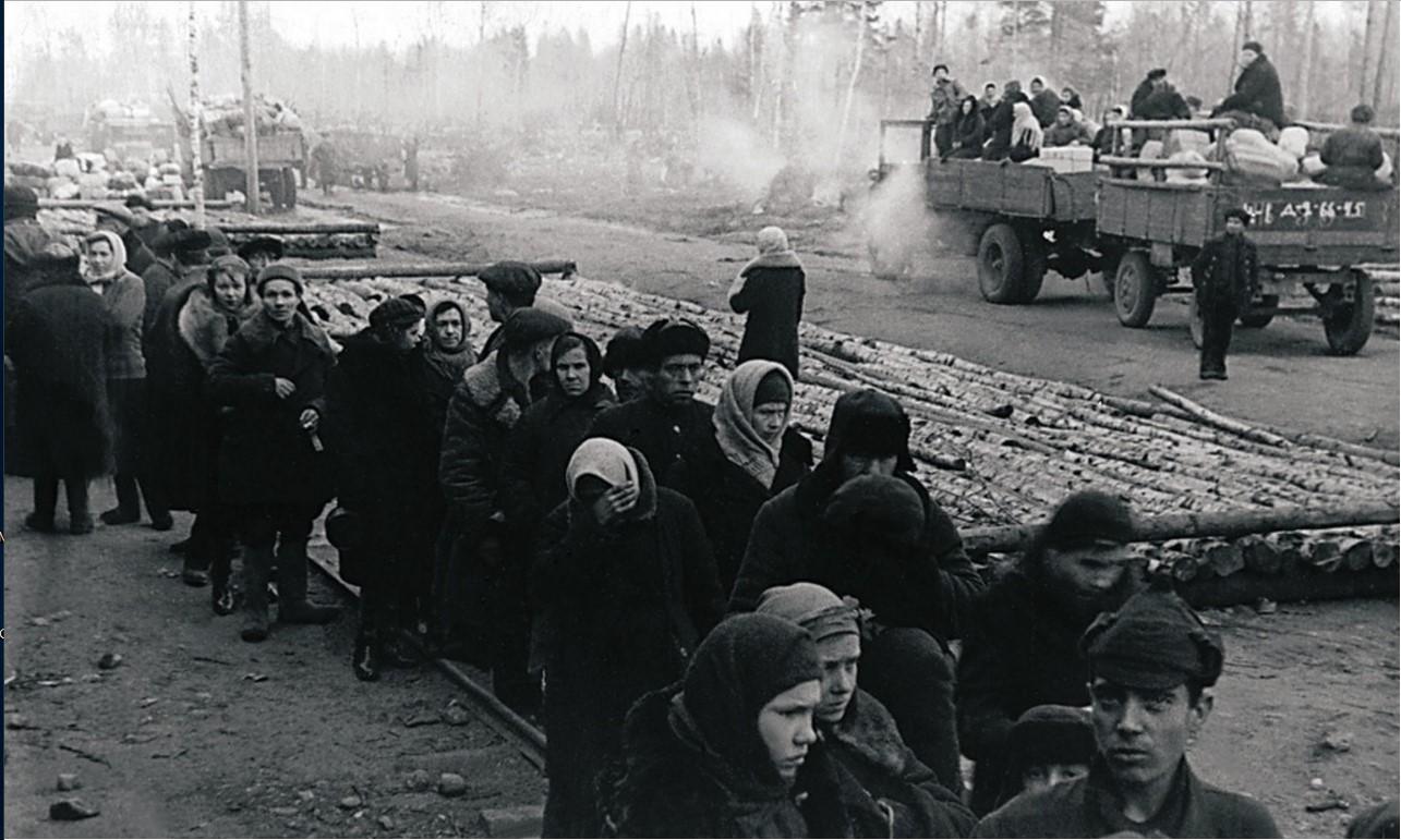Станция Борисова Грива. Очередь жителей блокадного Ленинграда за получением пищи. 2 января