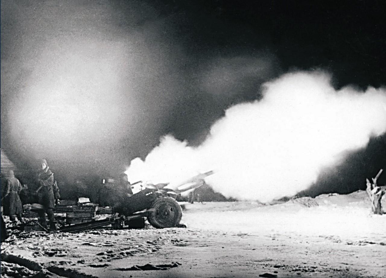 Штурм Луги. Артиллеристы ведут огонь по южной окраине города. 12 января