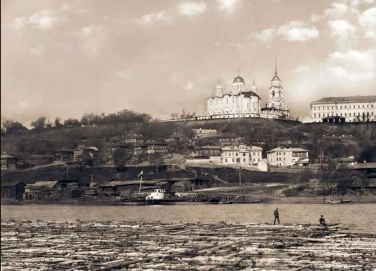 Вид города из-за реки Клязьма