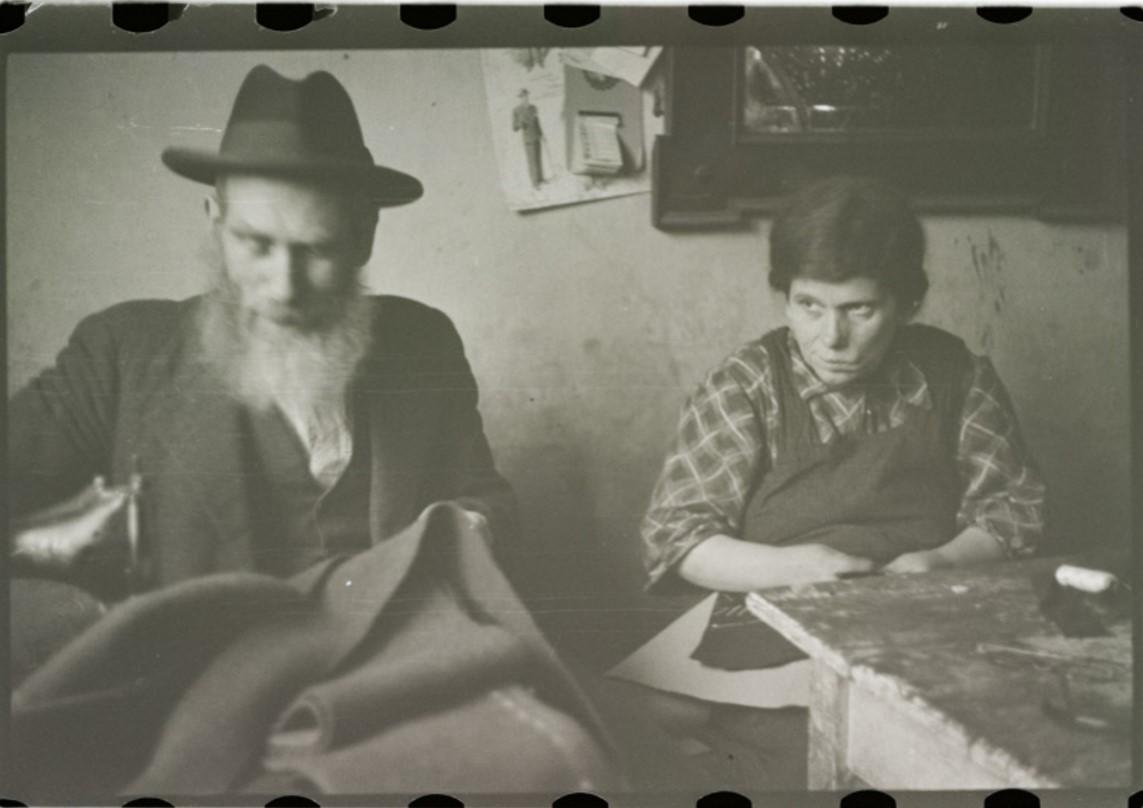 Портной Лейба Херш Вайс и его жена, швея Райзель Вайс в своей мастерской