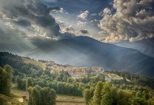 Небесный свет разлился над горами