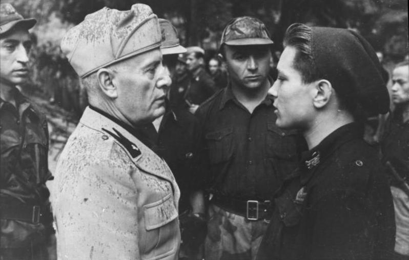 Bundesarchiv_Bild_101I-316-1181-11,_Italien,_Benito_Mussolini_mit_italienischen_Soldaten.jpg