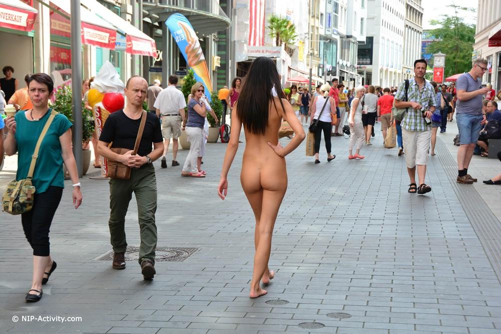Голая Кира на улицах Лейпцига
