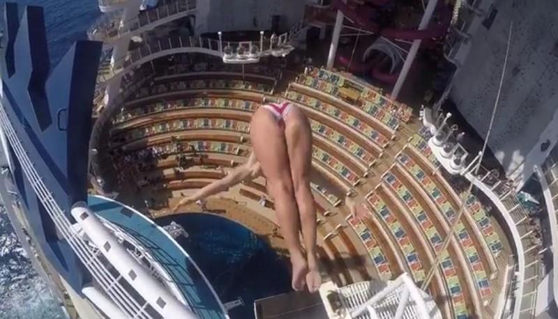 Невероятный прыжок в бассейн движущегося круизного лайнера