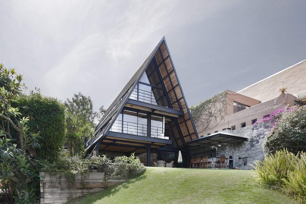 Треугольный дом в Мексике на берегу озера