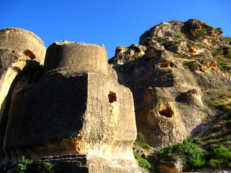 Древние сооружения в виде крепости с пирамидальными, конусными и готическими башнями. Древнее сооружение возведено в эпоху империи Ассирии, Ассирийским народом, который правил центральной Турцией, частью Ирана, Сирии и Ирака.