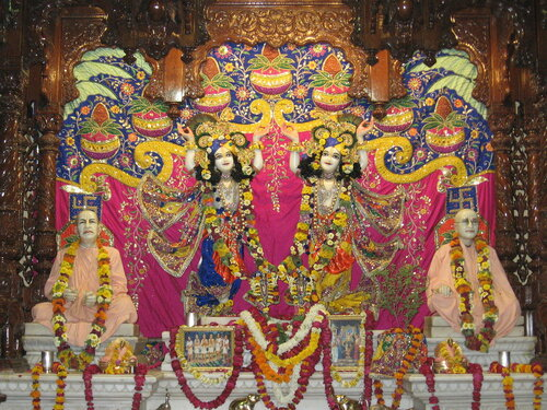Божества Гаура-Нитай на алтаре  храма Кришна-Баларам ИСККОН