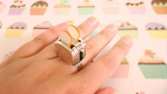 12. Кольцо в виде тостера с тостами