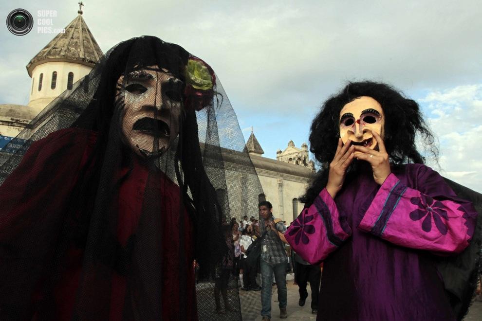 Участники фестиваля разгуливают по Гранадев маскарадных нарядах. (REUTERS/Oswaldo Rivas)