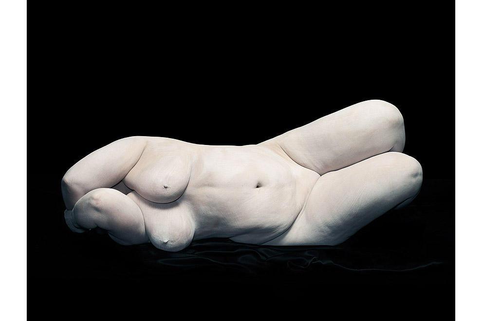 Элизабет закрывает лицо локтями, 2012.