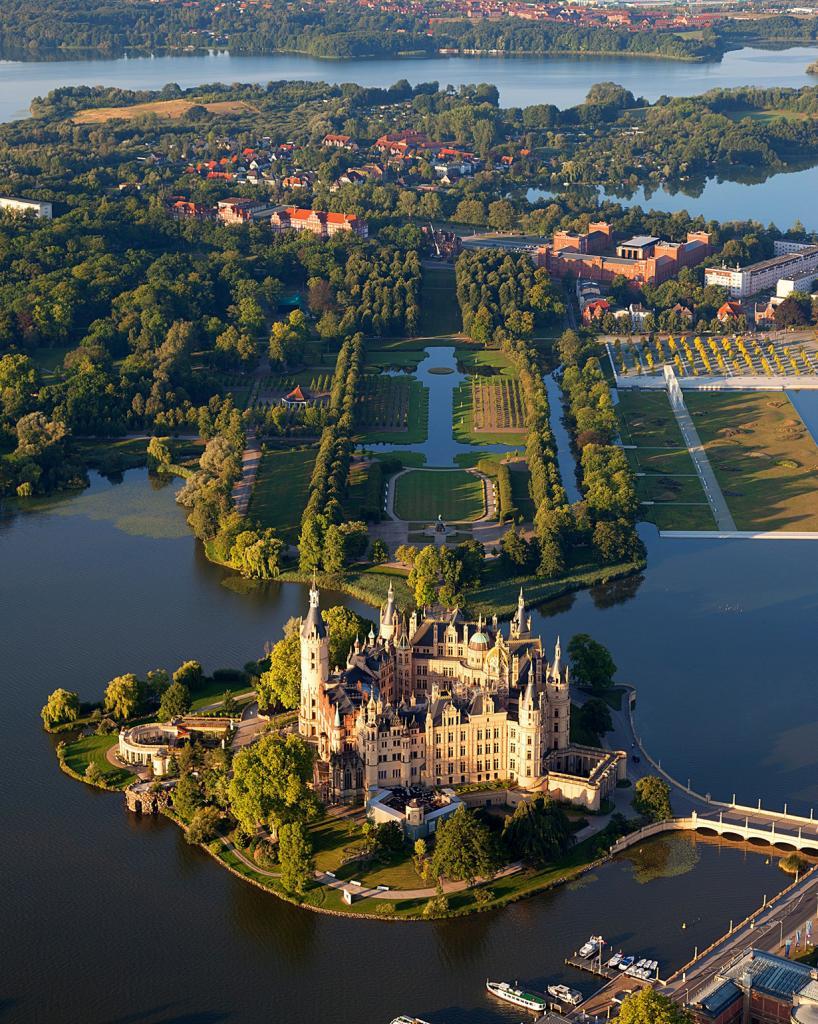 4 место. Шверинский замок. Расположен в Шверине в земле Мекленбург — Передняя Померания. Время с