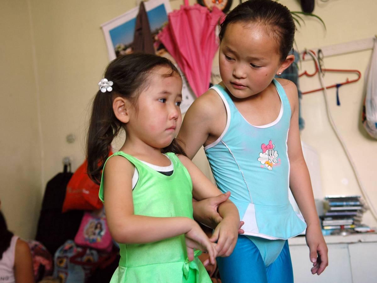 Хотя многие монгольские девочки одарены естественной гибкостью, все они проходят тщательную подготов