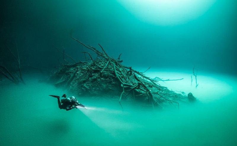 Особый состав воды в пещере создает полное ощущение подводной реки. Разница в плотности соленой