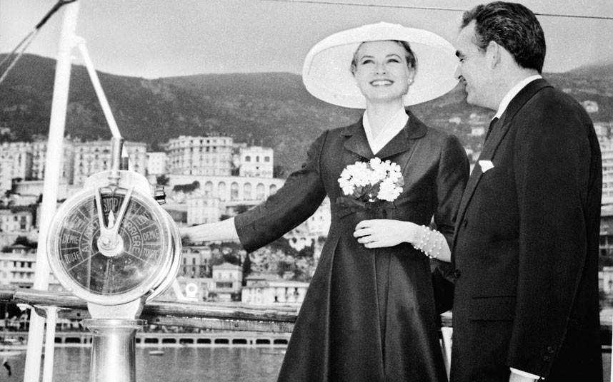 12 апреля 1956 года. Князь Монако Ренье III со своей невестой Грейс Келли на собственной яхте в гава