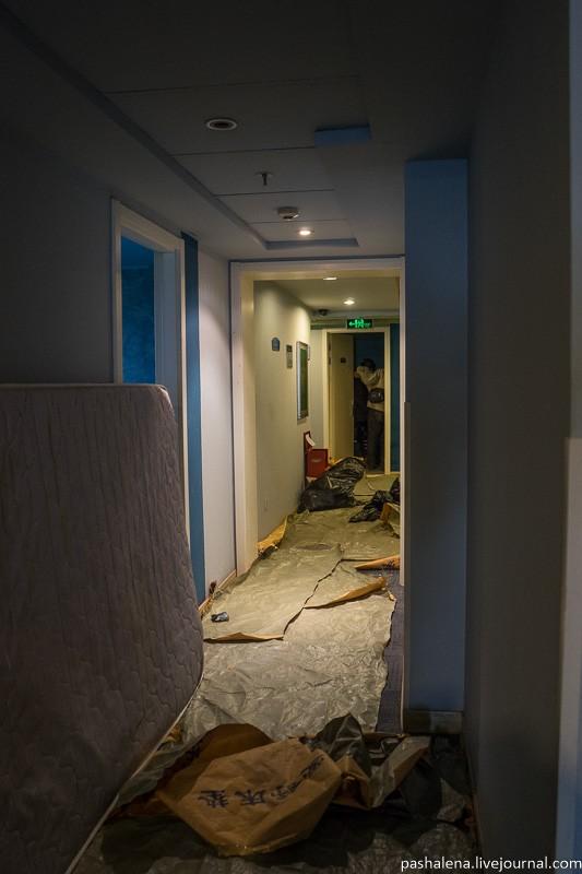 В гостинице на нашем этаже неожиданно начался ремонт, о чем на ресепшене никто не предупредил. Повез