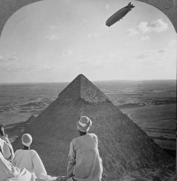1931 год. Египтяне наблюдают за дирижаблем «Граф Цеппелин», пролетающим над пирамидами Гизы.
