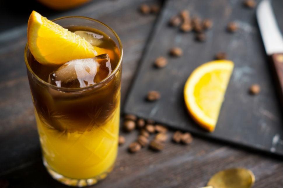 Ледяной апельсиновый кофе Вам понадобятся: свежевыжатый сок 2 апельсинов цедра (кусочки) 2 выжатых а
