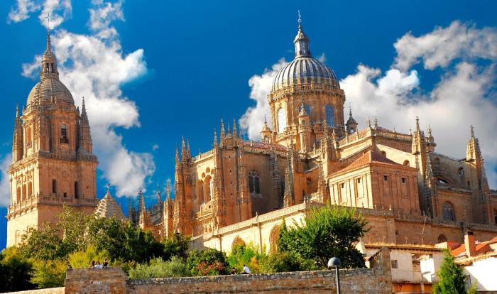 Этот собор строили с XVI по XVIII век взамен старого, который стал мал для быстро растущего города.