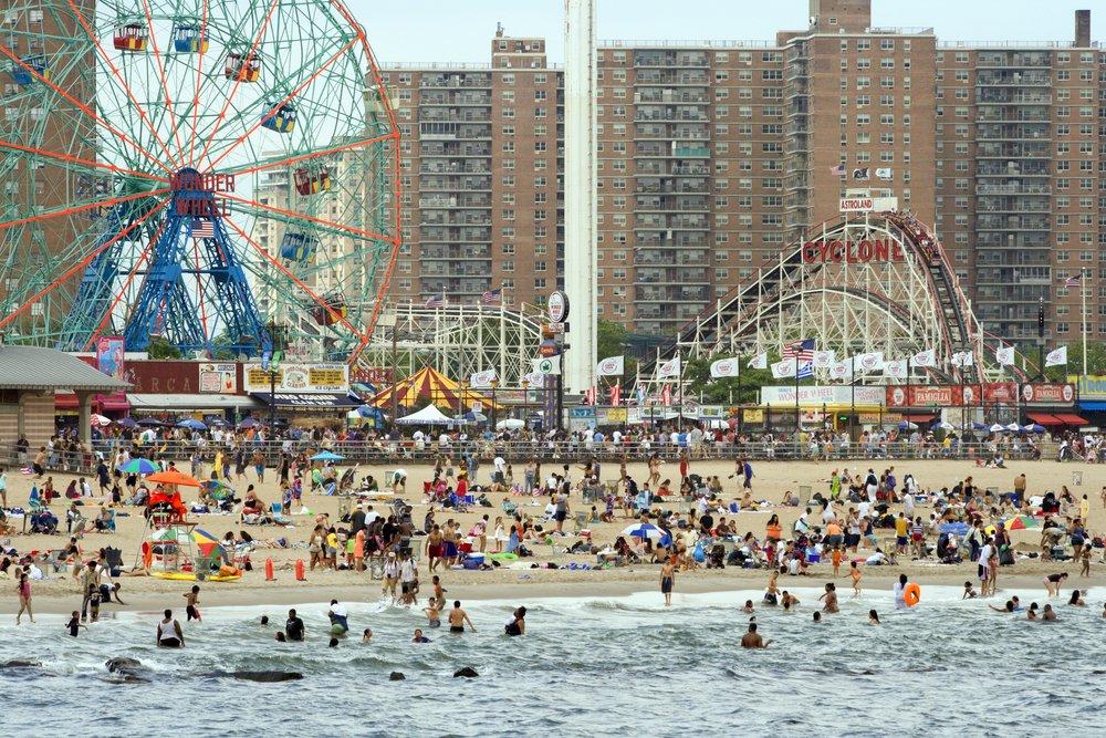 Горки «Циклон» на Кони-Айленде, Нью-Йорк, США Пляжные свадьбы — популярный вариант, но будущие муж и