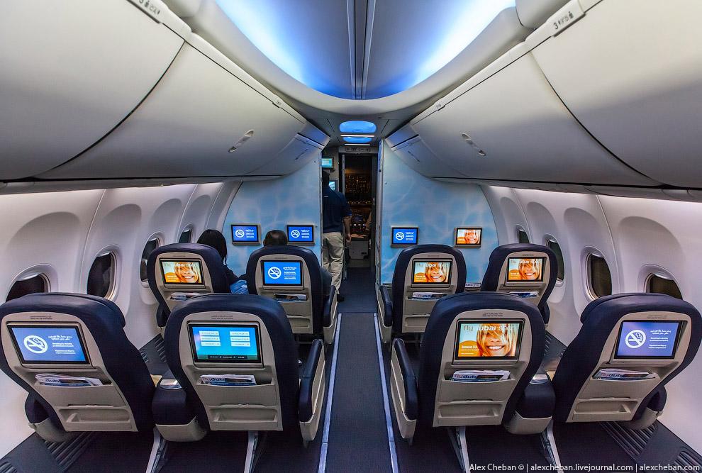 Во время полета в ночной фазе свет выключен, оставляют лишь приятную голубую подсветку SkyIntri