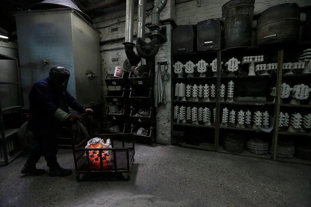 Вот она, эта форма с расплавленным металлом внутри. (Фото Stefan Wermuth | Reuters):