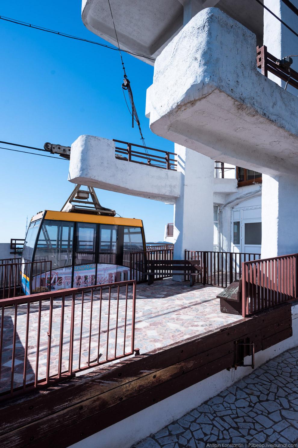 9. Боковая лестница на фоне окружающей застройки. Пока что башне удается оставаться доминантой