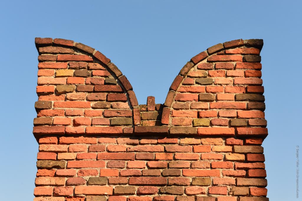 Что там что, за высокой и неприступной стеной?