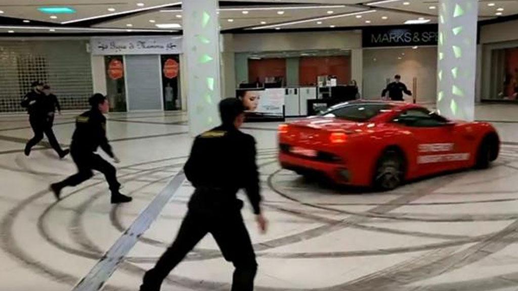Мужчина ездил на Феррари поторговому центру в столице России